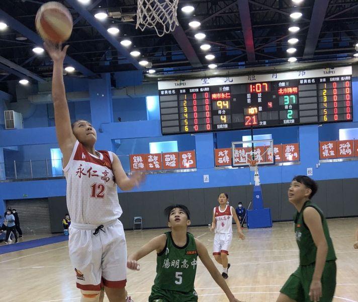 永仁「巴楠之花」陳薇涵攻下生涯新高33分、13籃板「雙十」。大會提供
