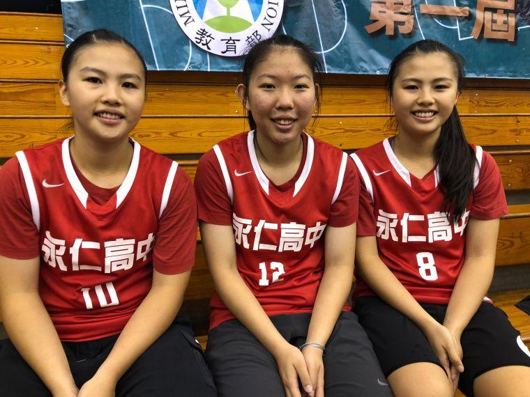 永仁高三雙胞胎蔡幸瑜(左)、蔡幸瑄(右)與連婕雯(中)將聯手 進美和科大拚UBA。大會提供