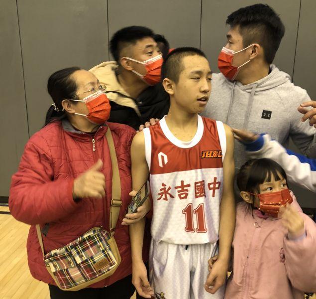 永吉楊育宸砲轟金華,現場觀戰的家人及教練曾顯智(右)樂翻。大會提供