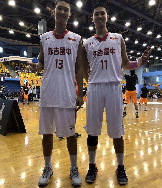 永吉的大陸籍210公分雙胞胎中鋒于泓凱(右)、于泓翔(左)。