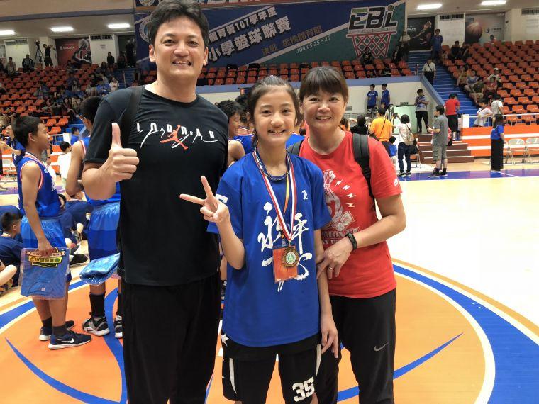 永平葉侑璇的國手老媽楊淑怡、前U16男籃教練老爸葉安展來探班。大會提供