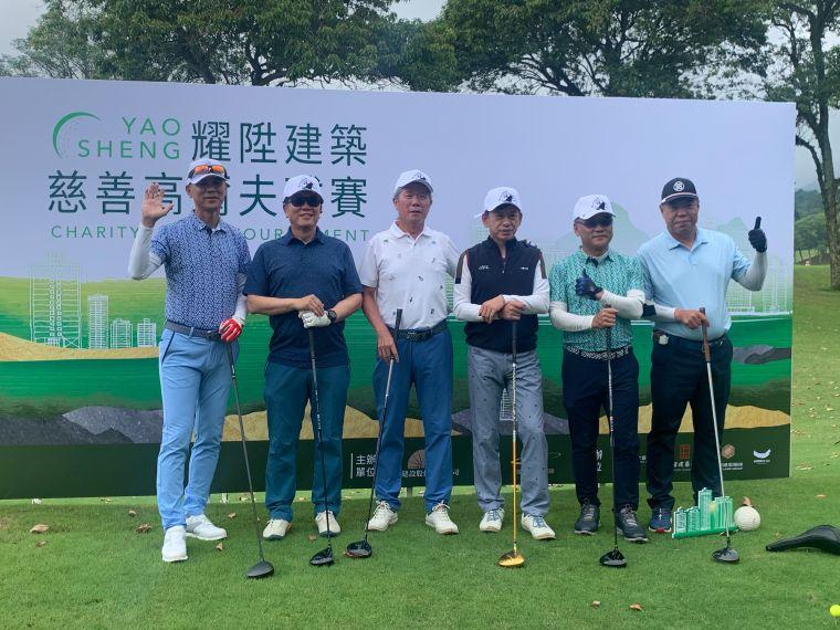 永陞建設董事長李金生(左3)集合數家建設公司共同舉辦慈善高球賽。大會提供