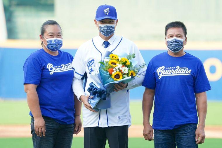 江少慶爸媽遠從花蓮來參加加盟儀式。官方提供