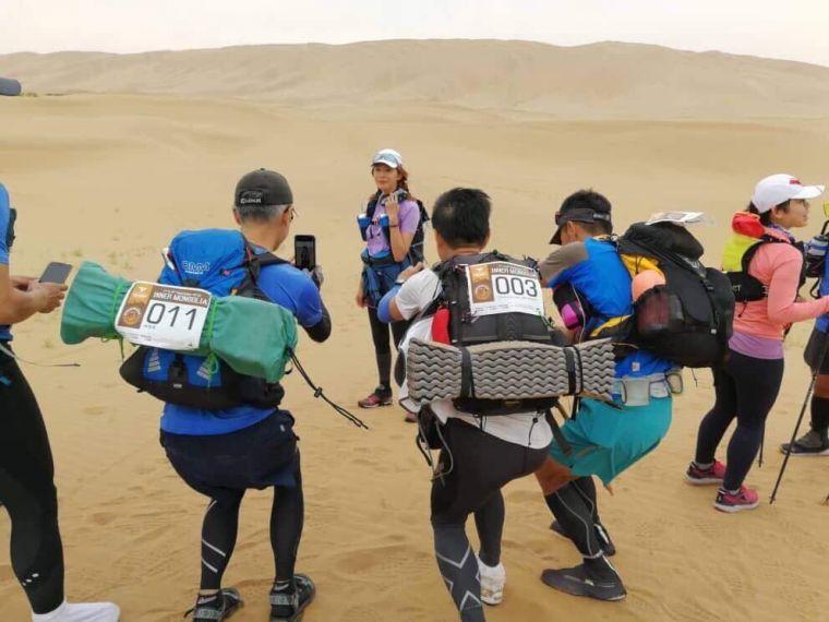 沙漠中最美的風景不是駱駝,而是名模王心恬。SUPERACE提供