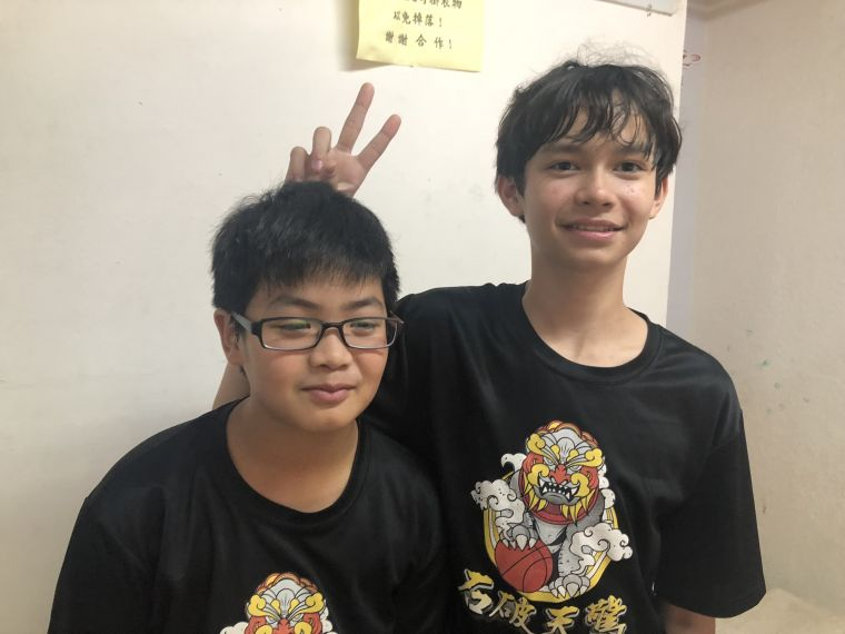 法、台混血小帥哥陳宥杰(右)與綽號「假非洲」的麻吉林暐智。大會提供
