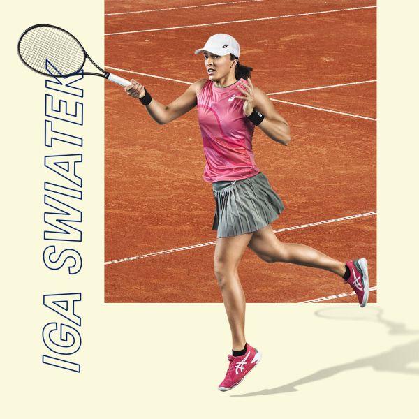 波蘭網壇之星Iga Swiatek穿著亮麗的粉紅配色GEL-RESOLUTION 8鞋款出賽。官方提供
