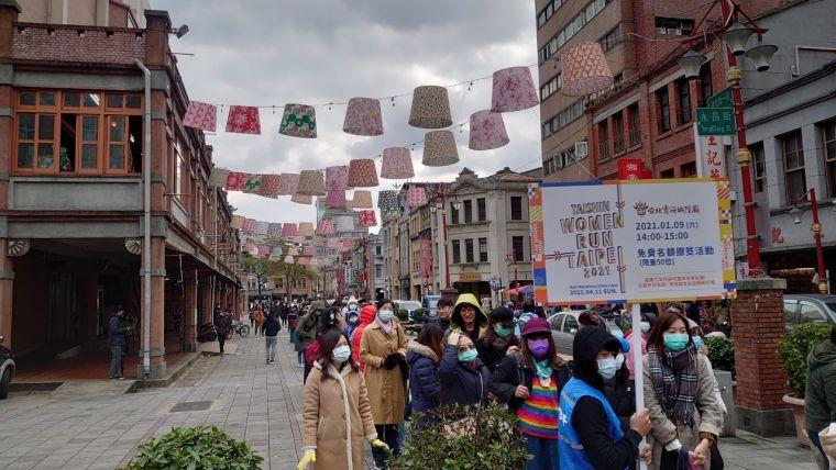 活動現場報名踴躍,排隊人龍一路延伸到迪化街永樂市場前廣場。大會提供