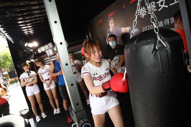 活動現場邀請人氣棒球啦啦隊 樂天女孩為訓練愛好者示範全台最強UA訓練貨櫃關卡。大會提供