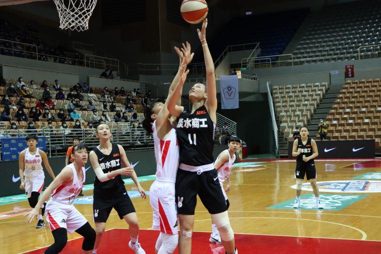 淡商「一姊」郭虹廷22分及本季最多的15籃板2度「雙十」。大會提供