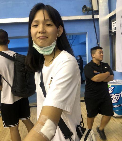 淡商郭虹廷日前在姥姥盃左手肘撞傷縫6針(見圖)暫無法練球。大會提供