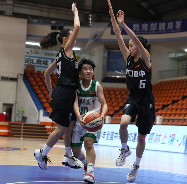 漢口看板球星鄒沛宸(右)「雙十」與隊友包夾陽明石靖恩(中)。大會提供
