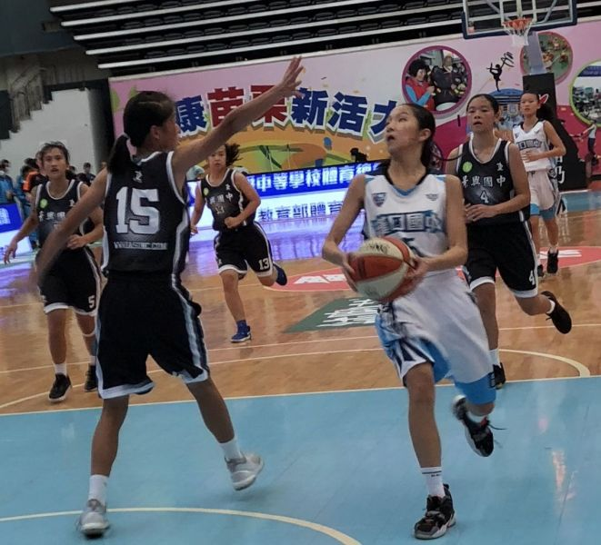 漢口鄒沛宸(右)決勝期連攻4分保勝。大會提供