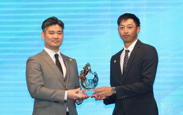 王偉軒贏得ThreeBond挑戰巡迴賽年度獎金王,左為頒獎人ThreeBondThreeBond香港有限公司 台灣分公司總經理泰地宏和。鍾豐榮攝