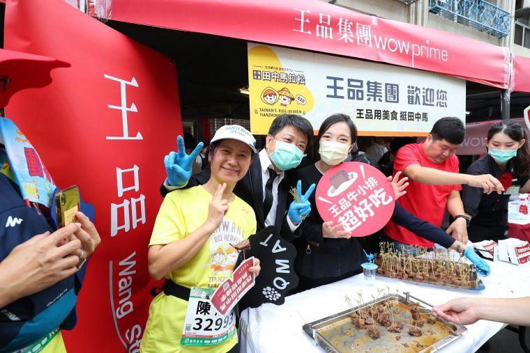 王品集團讓田中馬跑者們的賽事補給能吃到熱騰騰的牛排。官方提供