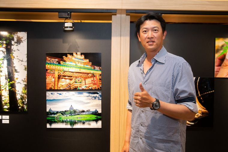 王建民與拍攝家鄉台南的作品合影。展逸國際提供