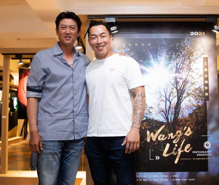 王建民(左)與郭泓志留下合影。展逸國際提供