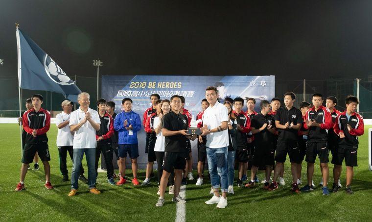 由陳柏良頒贈冠軍獎盃予本屆賽事冠軍隊伍日本群馬縣利根商校。