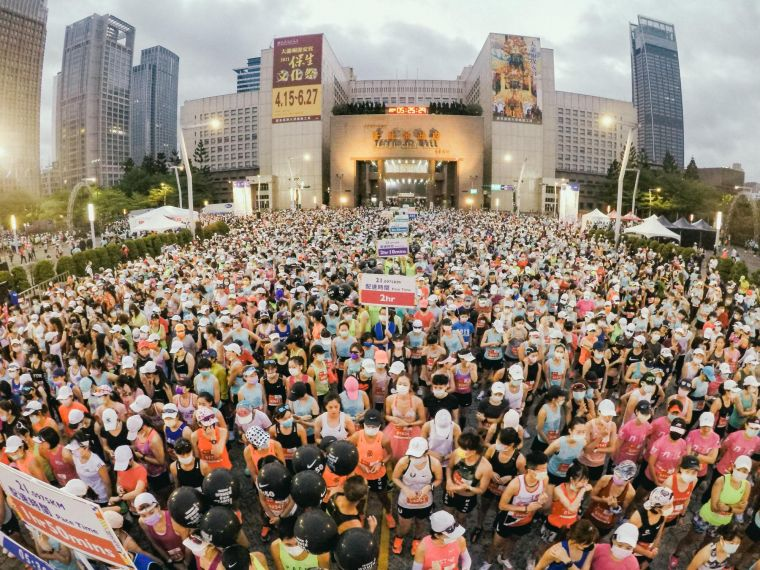 疫情下最盛大、最美麗的台新女子路跑賽今天登場,主辦單位特地安排分組分區起跑,務求確保參賽者健康平安。路跑協會提供