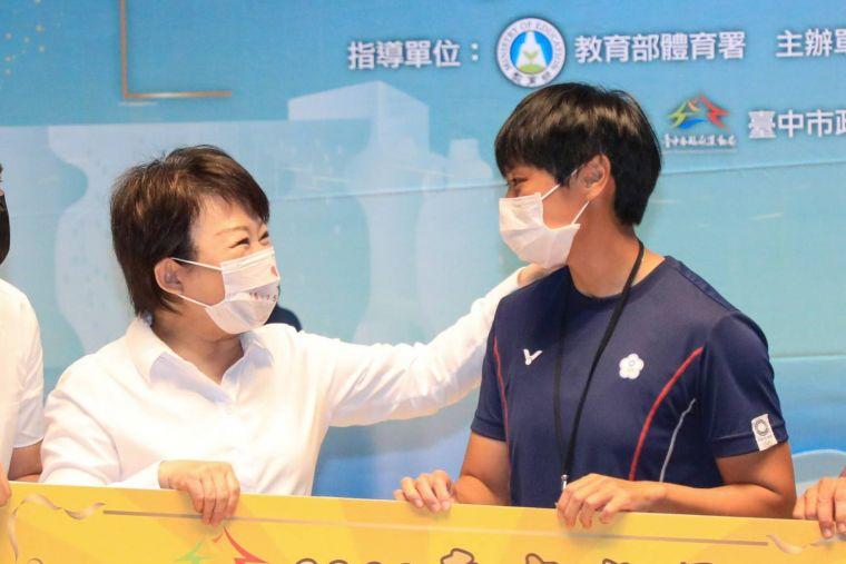 盧市長頒發奧運激勵金予東奧輕艇選手張筑涵。台中市運動局提供