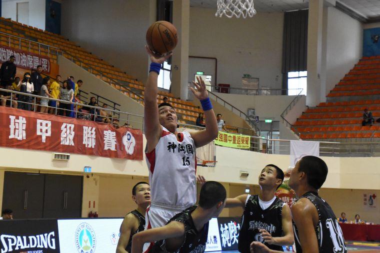 神岡史魯齊籃下賣高11分、12籃板「雙十」。