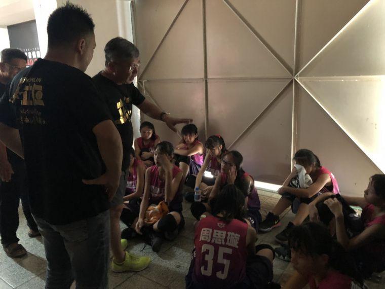 立仁輸球屈居亞軍球員坐地爆哭,教練忙著安慰。大會提供