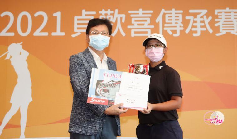 立益球場董事長蘇慶琅(左)頒女A組冠軍宋佳恩。官方提供