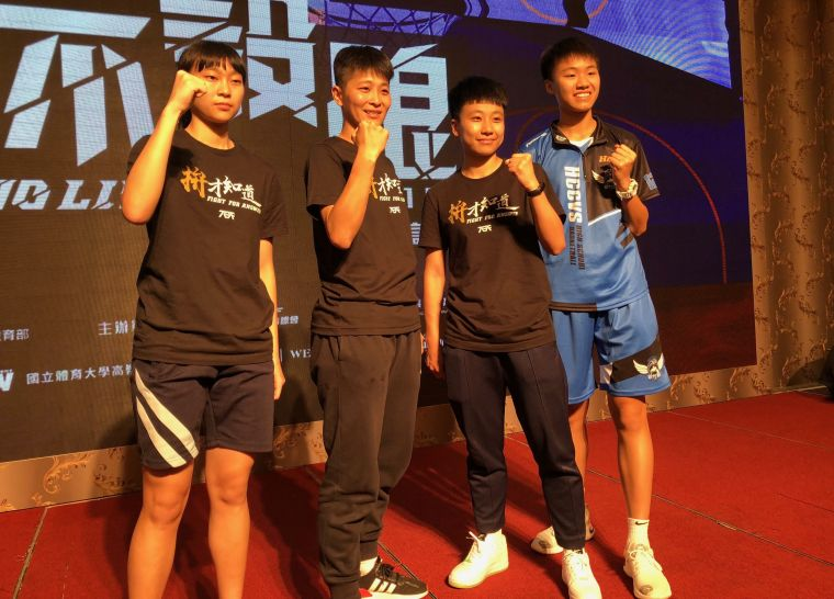 竹商教練陳姿汶(左二)、「一姊」蔣宛儒(右)領軍瞄二連霸。大會提供