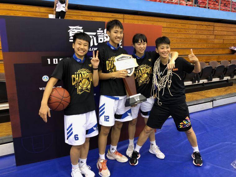 竹商高三「鐵三角」姜怡均(左起)、蔣宛儒、張子萱與教練陳姿汶。大會提供
