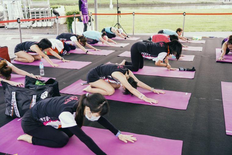 終點現場由True Yoga安排瑜伽老師指導跑者做賽後伸展。路跑協會提供