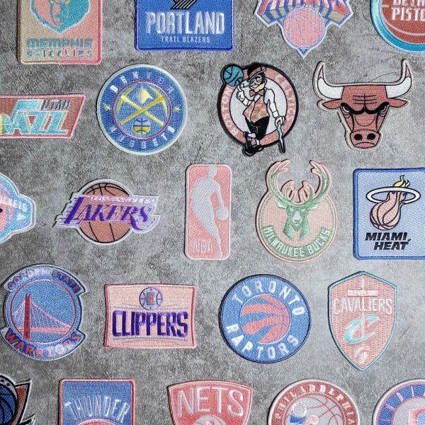 翻玩NBA隊徽!「NBA精緻電繡布章」讓妳躍升魅力潮媽。官方提供