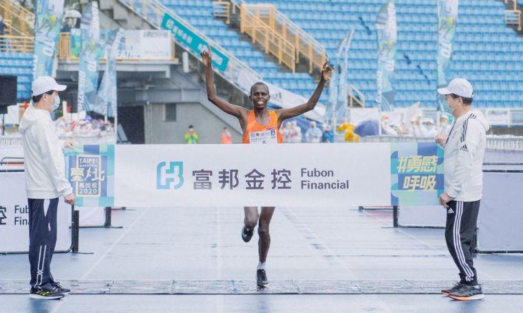 肯亞選手Paul Kipchumba Lonyangata以2小時09分18秒打破2016年大會紀錄2小時09分59秒奪得冠軍,同時獲得新台幣180萬獎金。(圖/大會提供)