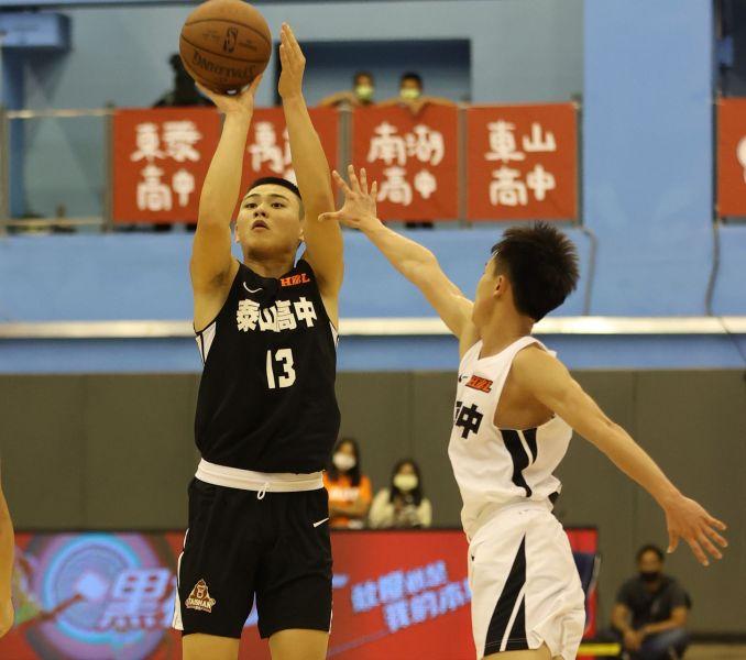 自喻「最強高中生」泰山劉丞勳爆扣加2枚三分彈開季連兩場拿16 分。大會提供