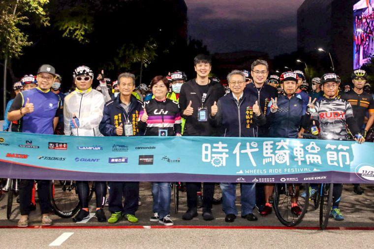 臺中市副市長令狐榮達(右四)、臺中市運動局局長李昱叡(右三)及一眾嘉賓到場出席2020時代騎輪節單車活動。大會提供
