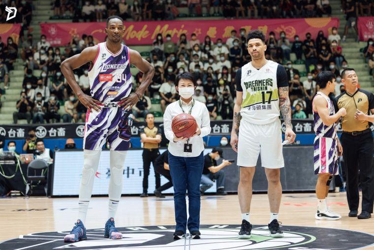 臺中市市長盧秀燕於台新夢想家主場賽事開球。台新夢想家提供