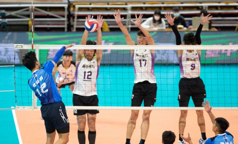 臺中長力盧清銓(左)、柯宗甫(中)、高偉誠(右)三人攔網。中華民國排球協會提供