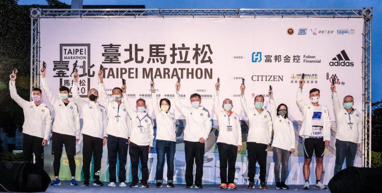 臺北市市長柯文哲(左七)、副市長黃珊珊(左六)與所有來賓一同為2020臺北馬拉松鳴槍起跑。大會提供