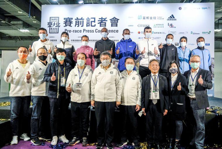 臺北馬拉松主協辦單位及頂級贊助夥伴和選手合照。大會提供