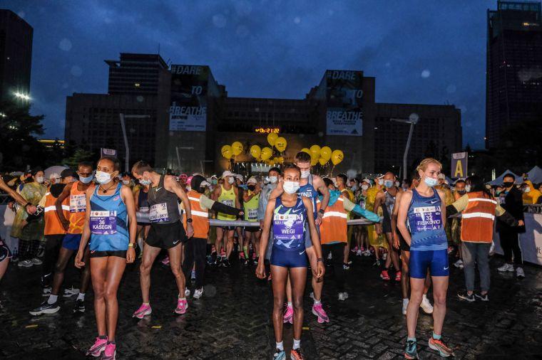 臺北馬拉松邀請國外菁英選手參賽,賽前在起跑區也依防疫規定拉開一公尺距離。大會提供
