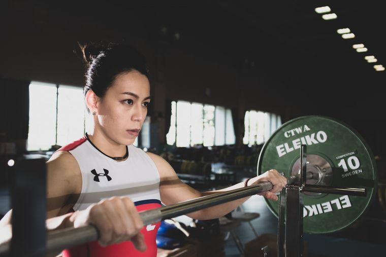 舉重女神 郭婞淳的內心鍛鍊方式是在上場前會反覆想像試舉的過程,當要挑戰更高的重量時,會用力捶自己胸口要自己勇敢挑戰!官方提供