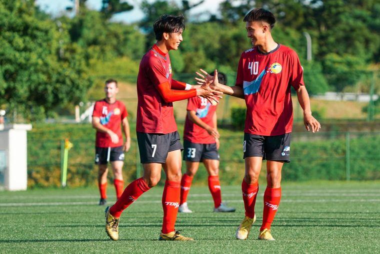 航源FC黃侑威(右)為球隊攻下第一球。大會提供