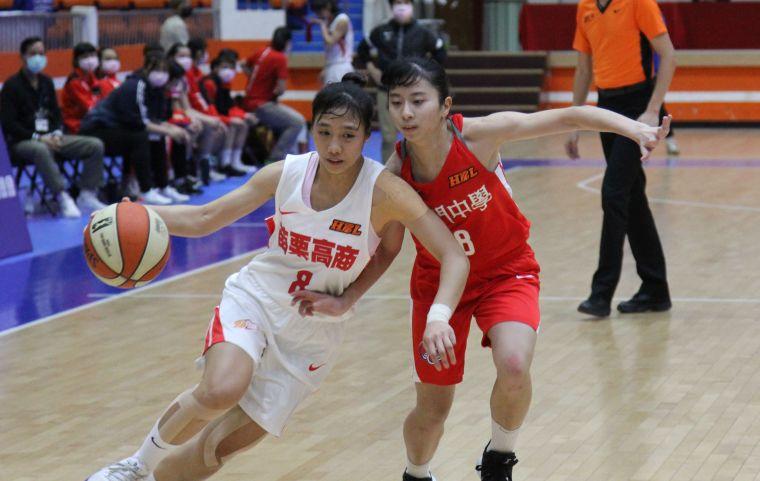 苗商潘琦(左)運球推進、普門顏彗安貼身防守。大會提供