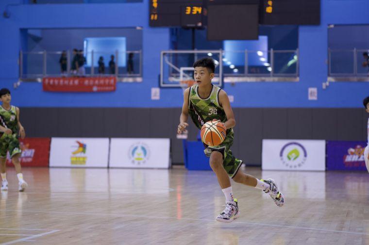 著NBA勇士咖哩大神柯瑞「30」戰袍的南澳男籃莊立安運球推進。大會提供