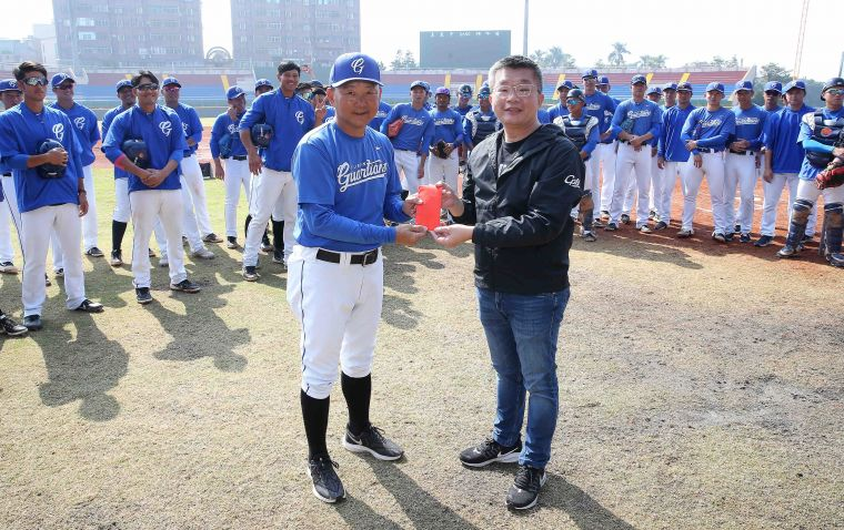 蔡其昌會長(右)探訪富邦球隊春訓並致贈加菜金(左為洪一中總教練)。官方提供