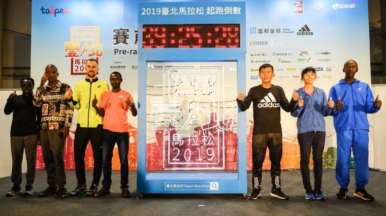 蔣介文(圖右3)與朱盈穎(圖右2)於今天(13日)舉辦的賽前記者會中喊出目標,期望在2019臺北馬拉松能有好的成績。臺北市政府提供
