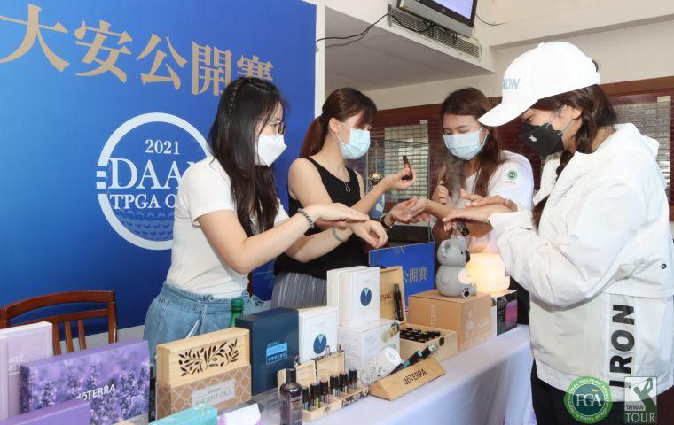 藍柏閣居家香氛精品贊助配對賽參加獎肌肉舒緩霜,也展示各式精油。大會提供