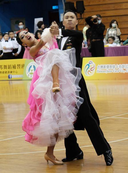藍郁翔與翁翊睿拿下青年A組標準舞金牌。大會提供