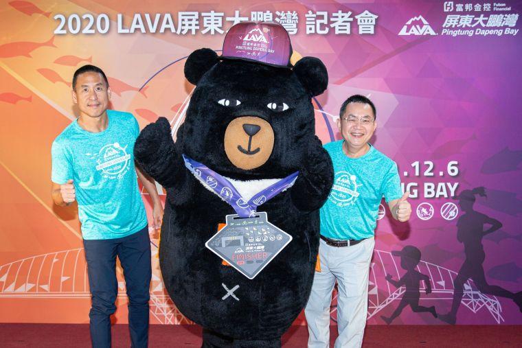 記者會上由大鵬灣國家風景管理處陳煜川處長(右)和台灣鐵人公司林澤浩董事長(左),一起為喔熊組長(中)掛上LAVA鐵人賽大鵬灣站完賽獎牌。大會提供