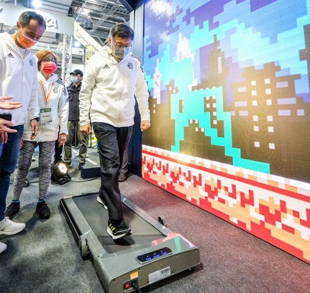 記者會後柯市長走訪馬拉松博覽會贊助商攤位,親身體驗感受臺北馬拉松的魅力。大會提供