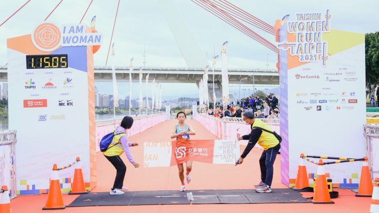 許久未參賽的曹純玉今天小試身手,以1小時15分6秒率先抵達終點,拿下半程馬拉松后冠。路跑協會提供