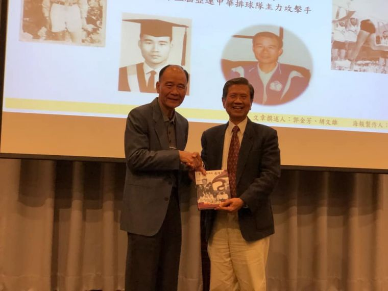 有「臺灣排壇儒俠」封號的詹清泉(左)獲學校體育績優終身成就獎。鄭元順提供